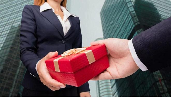 Gói quà đến nhầm địa chỉ tố tội ngoại tình khủng khiếp của chồng - hình ảnh 1