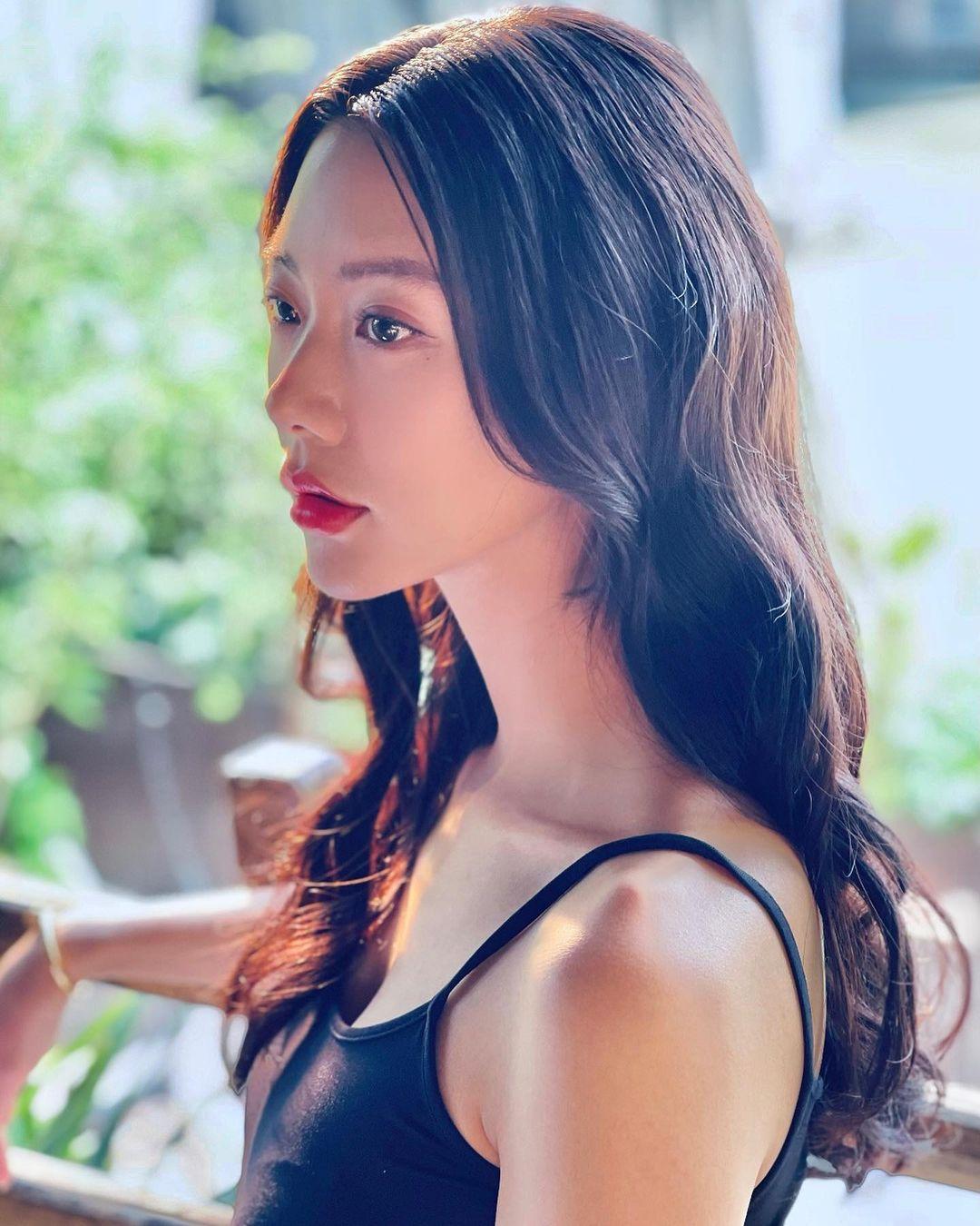 """""""Bom sex"""" Hàn Quốc gây náo loạn phố đi bộ Hà Nội, bước tới đâu nam giới """"đổ"""" tới đó vì đẹp - hình ảnh 1"""
