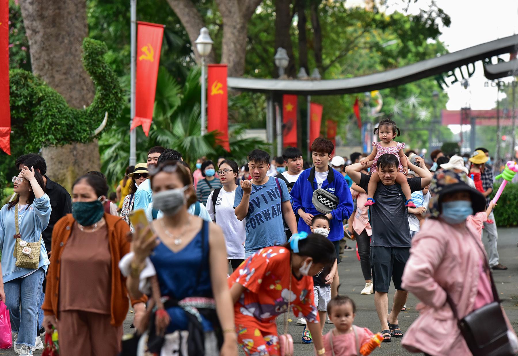Người dân ùn ùn đi chơi lễ, toát mồ hôi chờ mua vé vào cổng Thảo Cầm Viên - hình ảnh 1