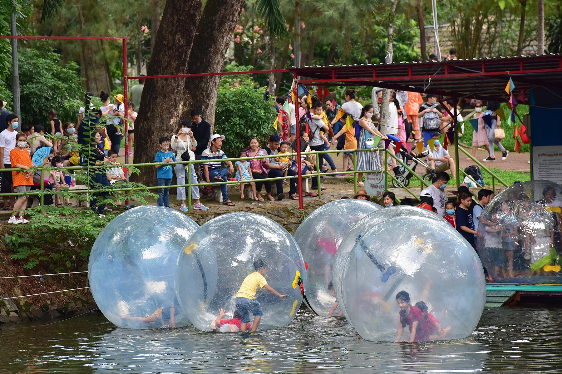 Người dân ùn ùn đi chơi lễ, toát mồ hôi chờ mua vé vào cổng Thảo Cầm Viên - hình ảnh 13