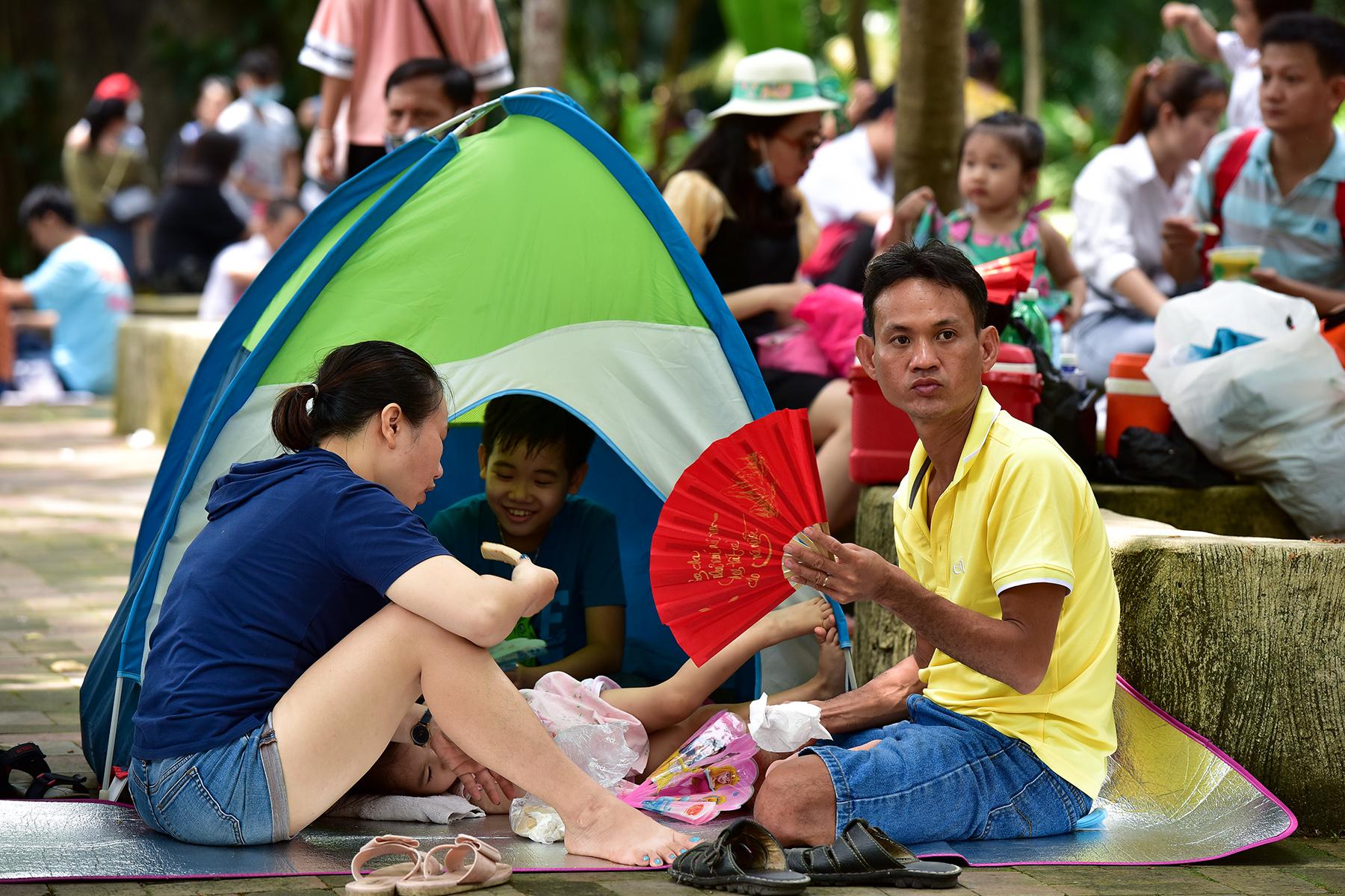 Người dân ùn ùn đi chơi lễ, toát mồ hôi chờ mua vé vào cổng Thảo Cầm Viên - hình ảnh 15