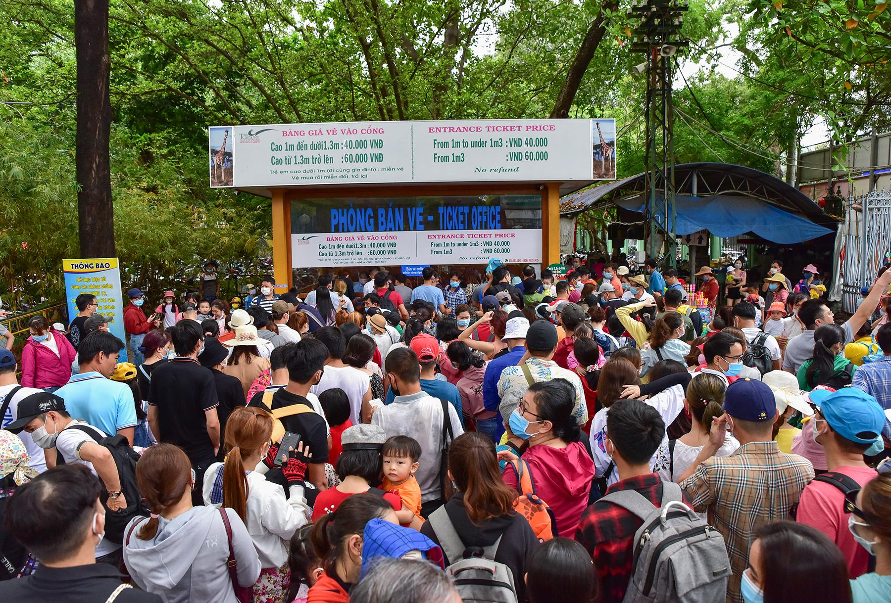Người dân ùn ùn đi chơi lễ, toát mồ hôi chờ mua vé vào cổng Thảo Cầm Viên - hình ảnh 2