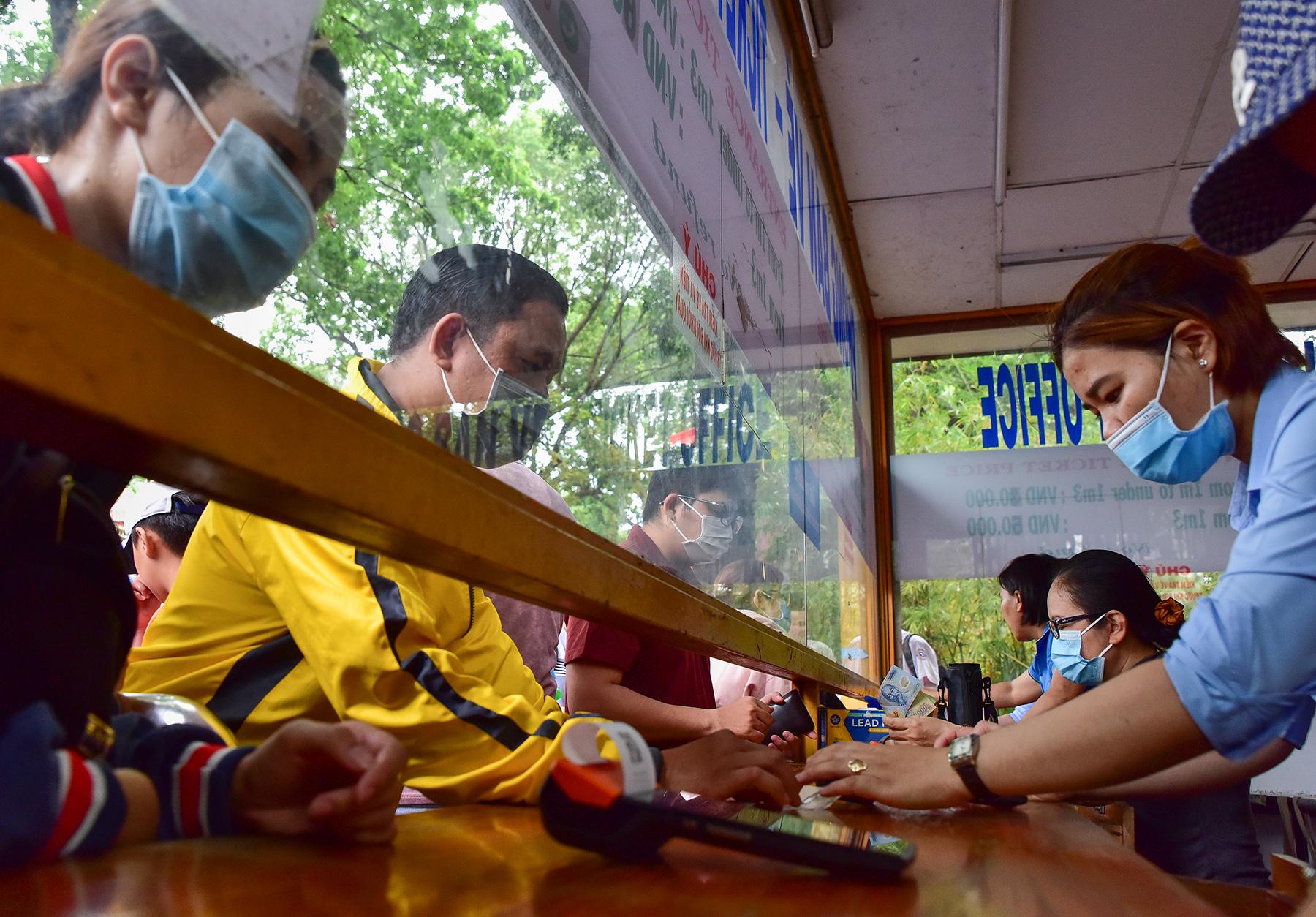 Người dân ùn ùn đi chơi lễ, toát mồ hôi chờ mua vé vào cổng Thảo Cầm Viên - hình ảnh 3