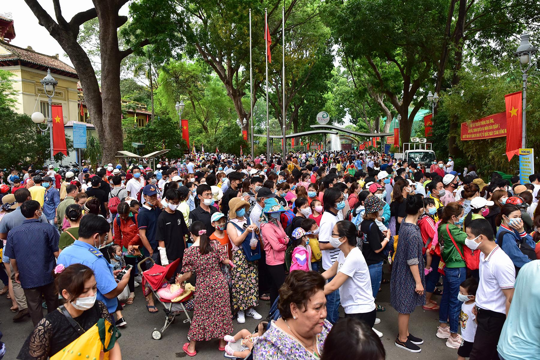 Người dân ùn ùn đi chơi lễ, toát mồ hôi chờ mua vé vào cổng Thảo Cầm Viên - hình ảnh 4
