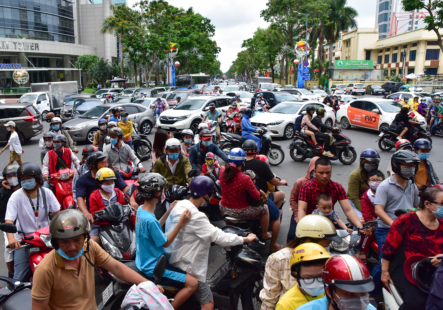 Người dân ùn ùn đi chơi lễ, toát mồ hôi chờ mua vé vào cổng Thảo Cầm Viên - hình ảnh 6