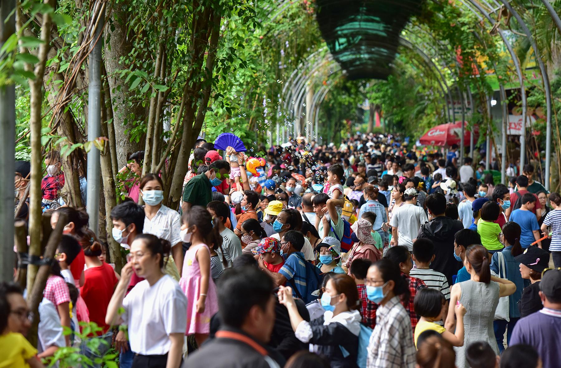 Người dân ùn ùn đi chơi lễ, toát mồ hôi chờ mua vé vào cổng Thảo Cầm Viên - hình ảnh 7