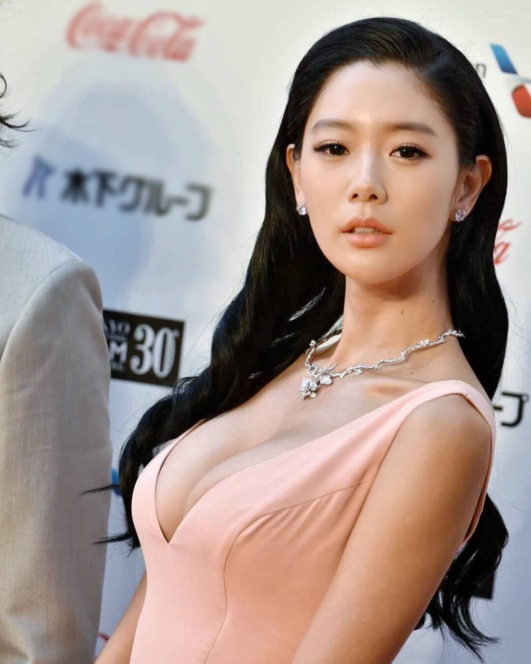 """""""Bom sex"""" Hàn Quốc gây náo loạn phố đi bộ Hà Nội, bước tới đâu nam giới """"đổ"""" tới đó vì đẹp - hình ảnh 8"""