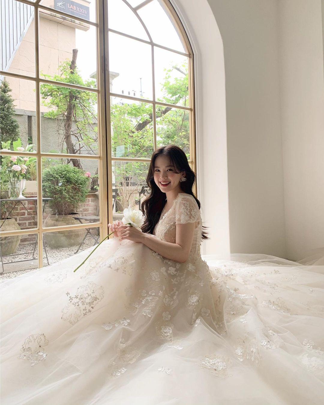 """""""Thiên thần nội y chân ngắn Hàn Quốc"""" xinh như mộng nhưng lộ """"phụ tùng"""" khi mặc váy cưới - hình ảnh 5"""