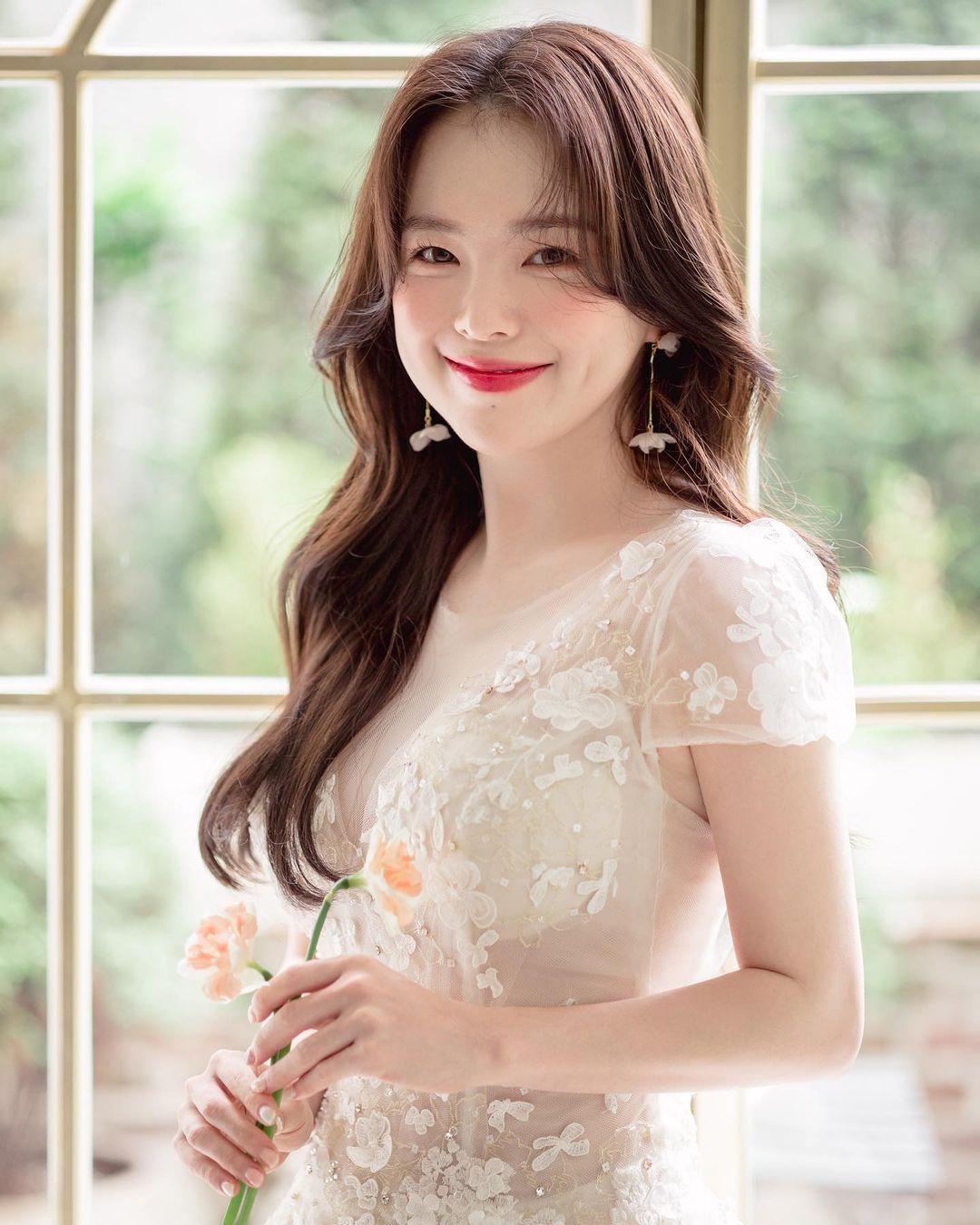 """""""Thiên thần nội y chân ngắn Hàn Quốc"""" xinh như mộng nhưng lộ """"phụ tùng"""" khi mặc váy cưới - hình ảnh 1"""
