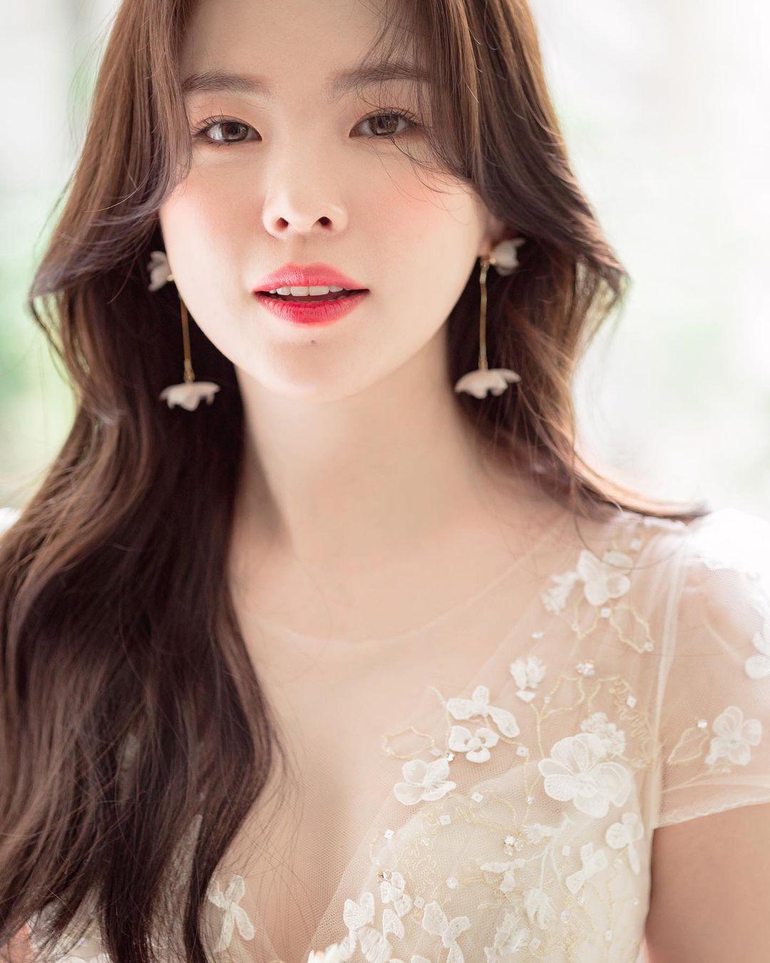 """""""Thiên thần nội y chân ngắn Hàn Quốc"""" xinh như mộng nhưng lộ """"phụ tùng"""" khi mặc váy cưới - hình ảnh 2"""