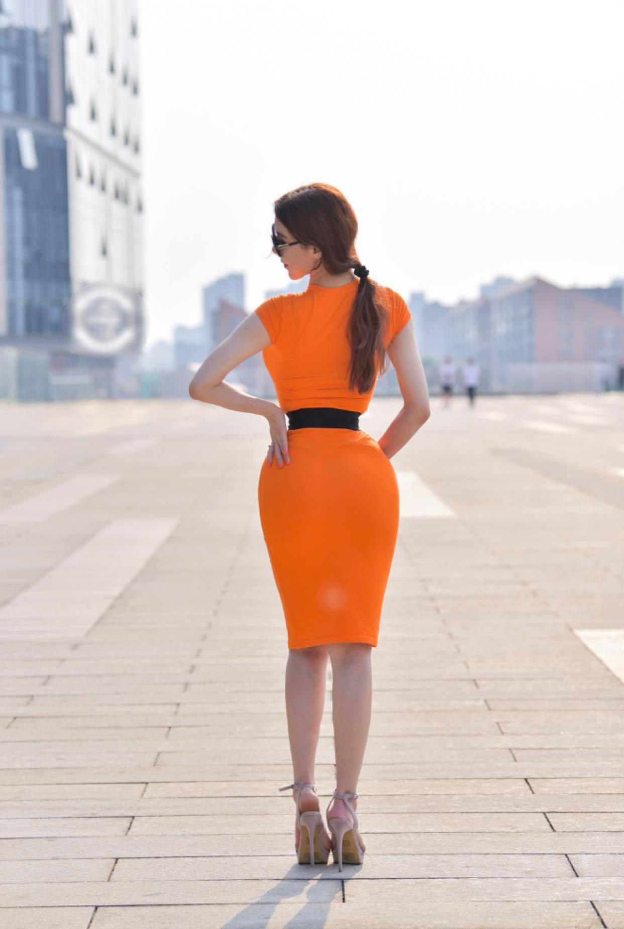 """Cô gái """"đốt cháy"""" quảng trường Thiên An Môn vì váy thít nhỏ như khiến người gẫy đôi - hình ảnh 1"""