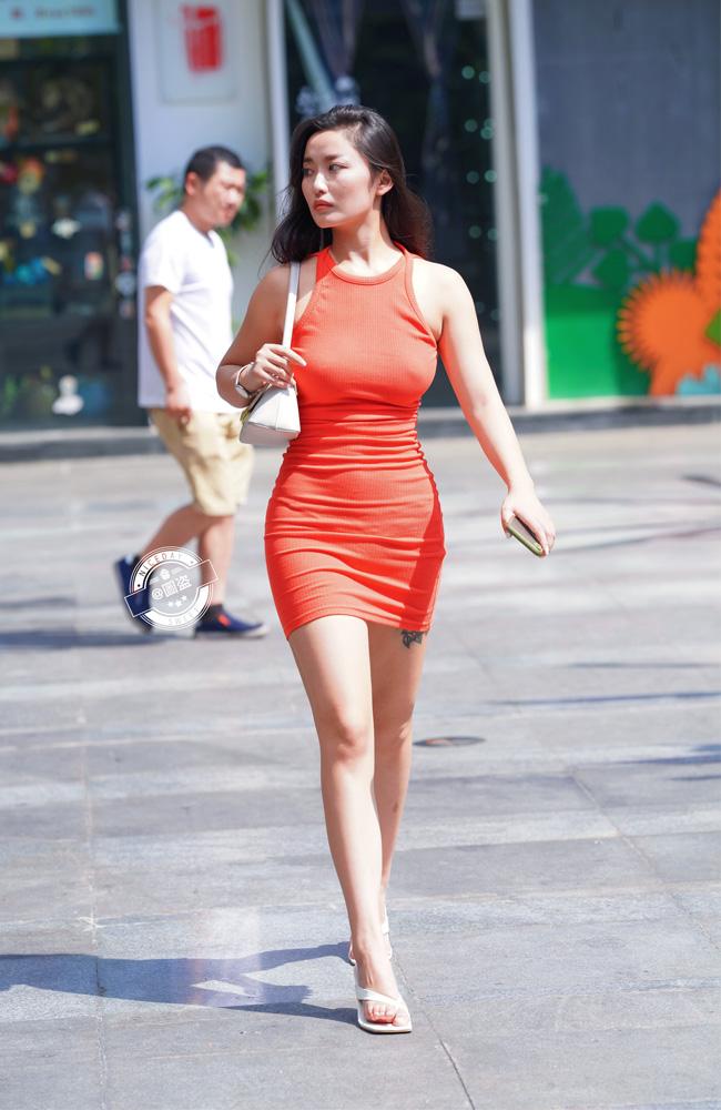 """Cô gái """"đốt cháy"""" quảng trường Thiên An Môn vì váy thít nhỏ như khiến người gẫy đôi - hình ảnh 4"""