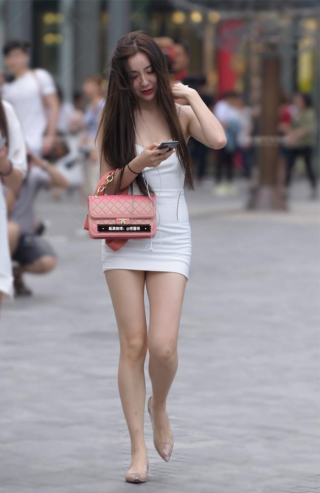 """Cô gái """"đốt cháy"""" quảng trường Thiên An Môn vì váy thít nhỏ như khiến người gẫy đôi - hình ảnh 5"""