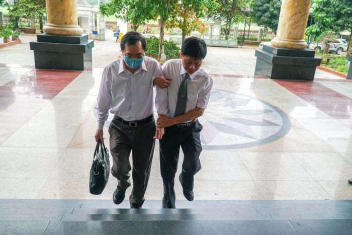 Cựu Bộ trưởng Vũ Huy Hoàng được dìu đến tòa, an ninh thắt chặt tại phiên xử - hình ảnh 1