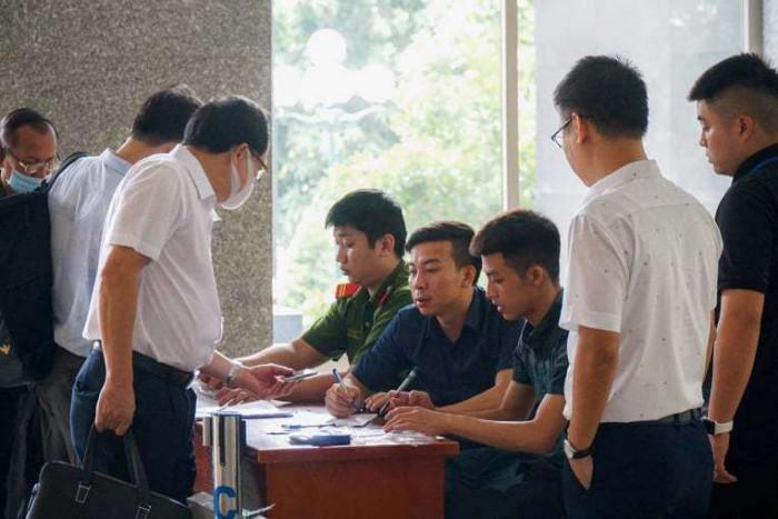 Cựu Bộ trưởng Vũ Huy Hoàng được dìu đến tòa, an ninh thắt chặt tại phiên xử - hình ảnh 2