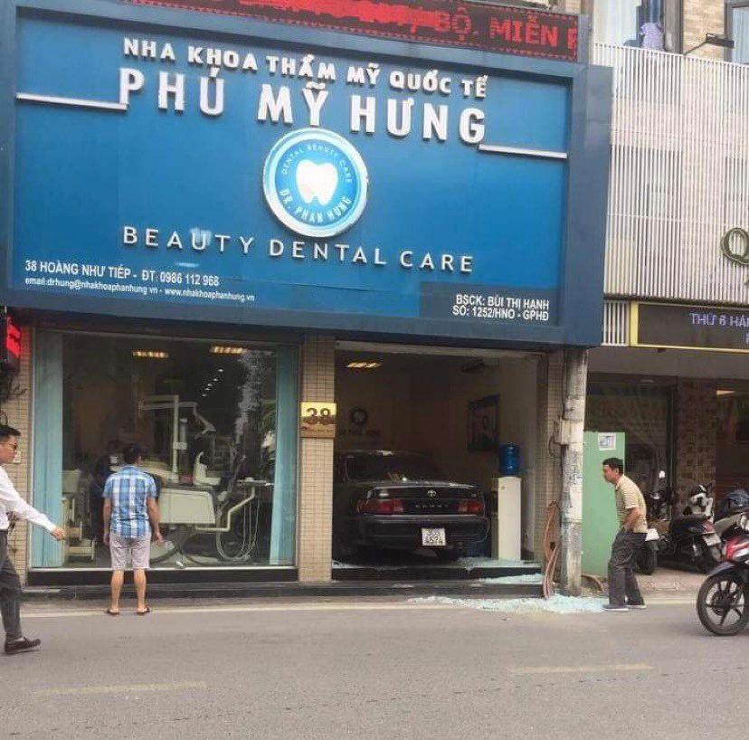 """Hà Nội: Ô tô Camry """"nằm gọn"""" trong phòng khám răng sau tai nạn - hình ảnh 1"""