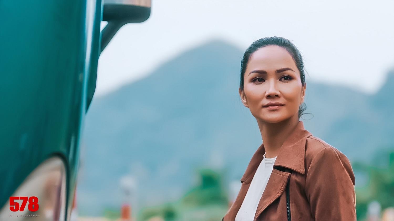 Hoa hậu H'Hen Niê bị đánh tím bầm người vì lén yêu cầu Tuấn Hạc ra tay thật với mình - hình ảnh 1