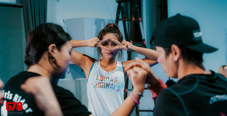 Hoa hậu H'Hen Niê bị đánh tím bầm người vì lén yêu cầu Tuấn Hạc ra tay thật với mình - hình ảnh 7