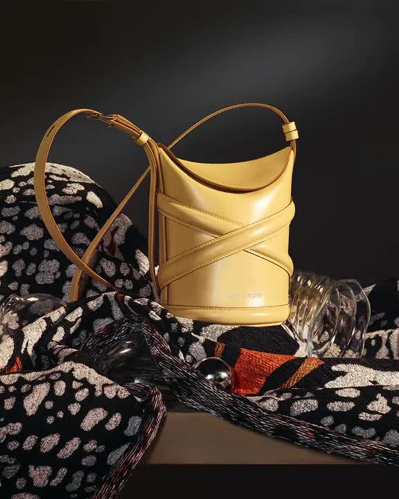 Curve Bag, chiếc túi hoàn hảo cho mùa hè của Alexander Mc Queen - hình ảnh 2