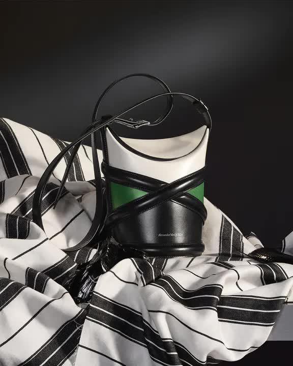 Curve Bag, chiếc túi hoàn hảo cho mùa hè của Alexander Mc Queen - hình ảnh 4