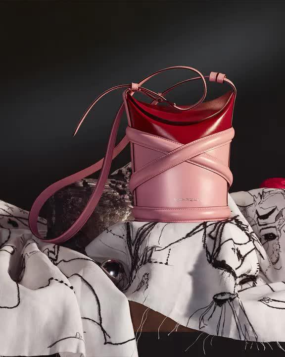 Curve Bag, chiếc túi hoàn hảo cho mùa hè của Alexander Mc Queen - hình ảnh 5