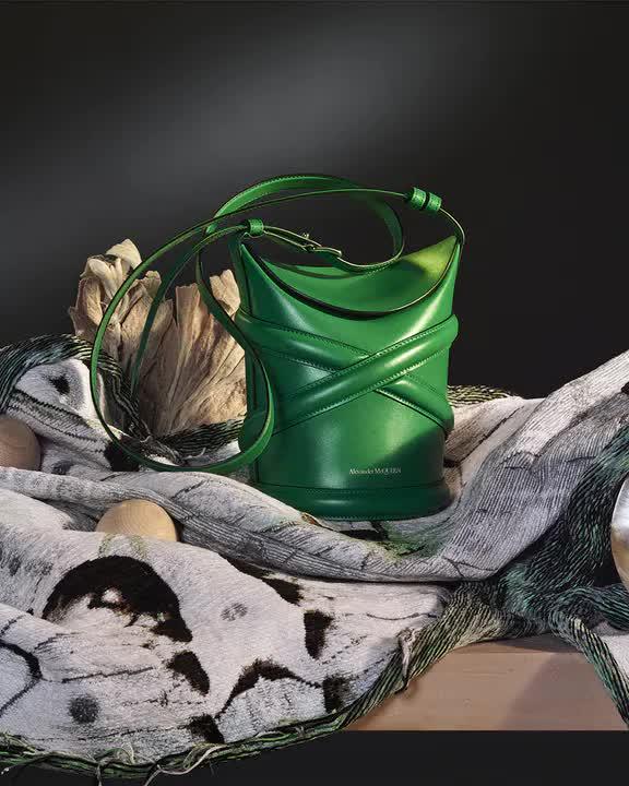 Curve Bag, chiếc túi hoàn hảo cho mùa hè của Alexander Mc Queen - hình ảnh 6