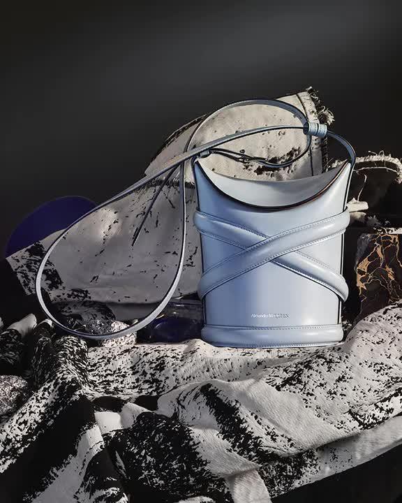 Curve Bag, chiếc túi hoàn hảo cho mùa hè của Alexander Mc Queen - hình ảnh 7