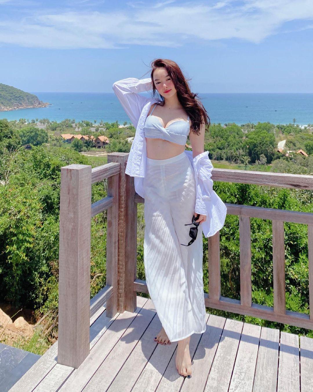 """""""Em chưa 18"""" Kaity Nguyễn lại mặc bikini khoe body phồn thực trứ danh - hình ảnh 2"""