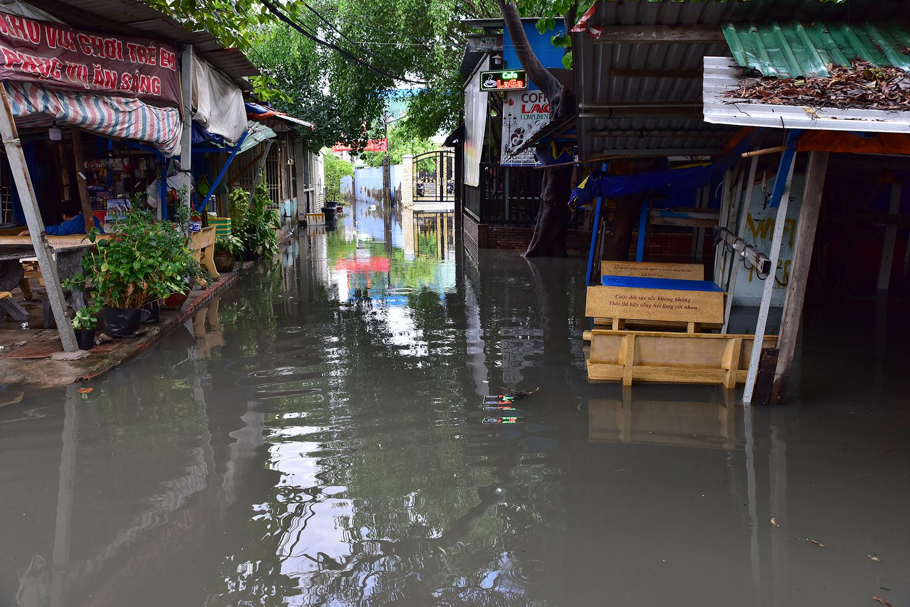 """TP.HCM: Đường sắt Bắc – Nam chìm nghỉm giữa mênh mông nước sau mưa """"thoáng qua"""" - hình ảnh 11"""