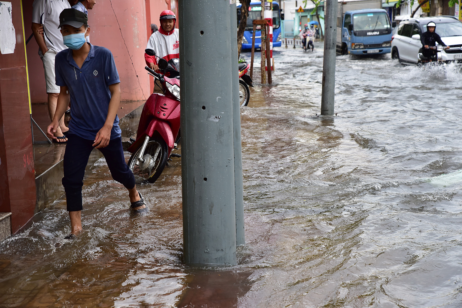"""TP.HCM: Đường sắt Bắc – Nam chìm nghỉm giữa mênh mông nước sau mưa """"thoáng qua"""" - hình ảnh 2"""