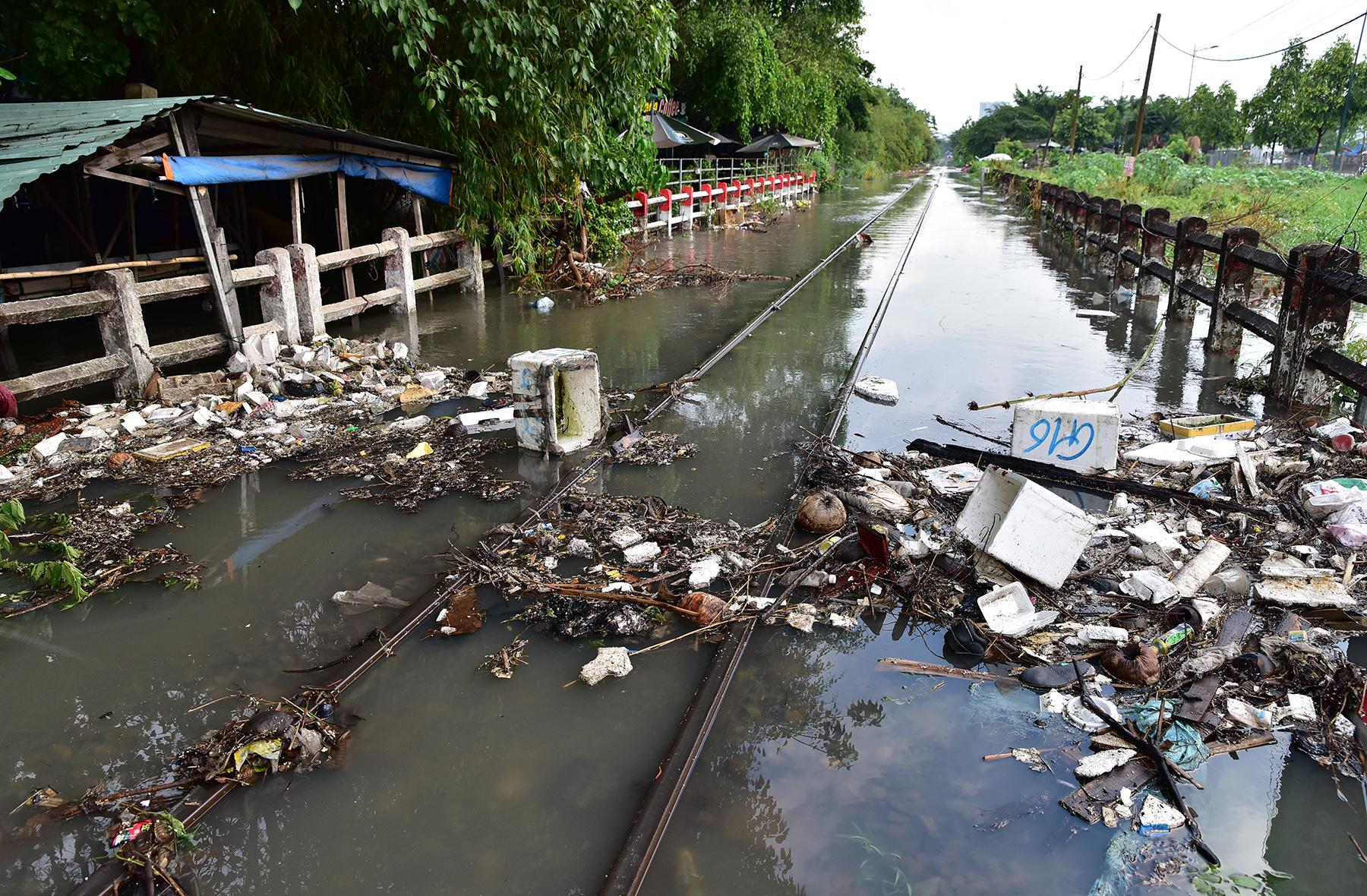 """TP.HCM: Đường sắt Bắc – Nam chìm nghỉm giữa mênh mông nước sau mưa """"thoáng qua"""" - hình ảnh 3"""