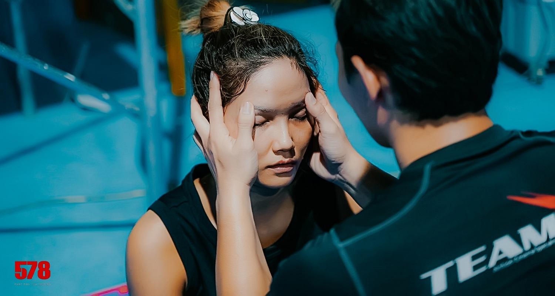 Hoa hậu H'Hen Niê bị đánh tím bầm người vì lén yêu cầu Tuấn Hạc ra tay thật với mình - hình ảnh 6