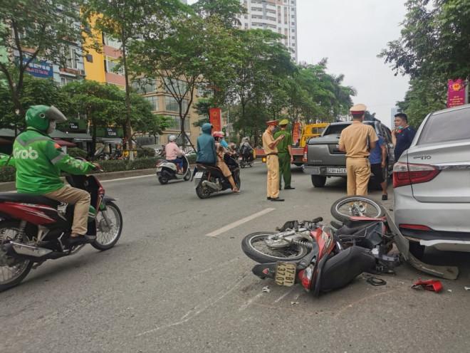 Tin tức 24h qua:Xe bán tải tông liên tiếp 5 xe cùng chiều trên phố Hà Nội - hình ảnh 1