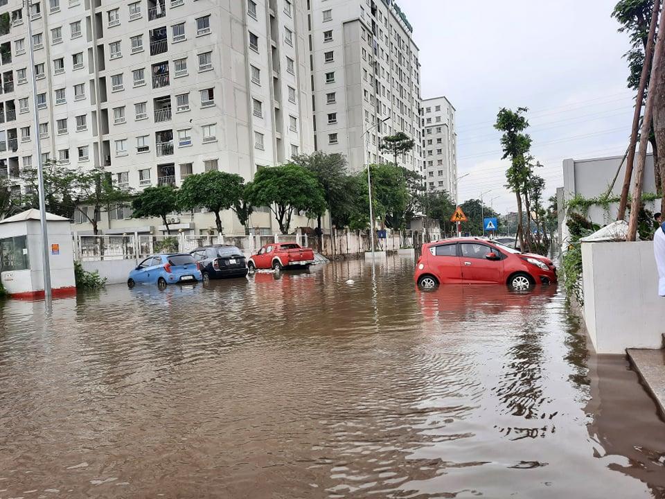 """Clip: Hàng loạt ô tô trong khu chung cư chìm trong """"biển nước"""" sau cơn mưa lớn - hình ảnh 1"""