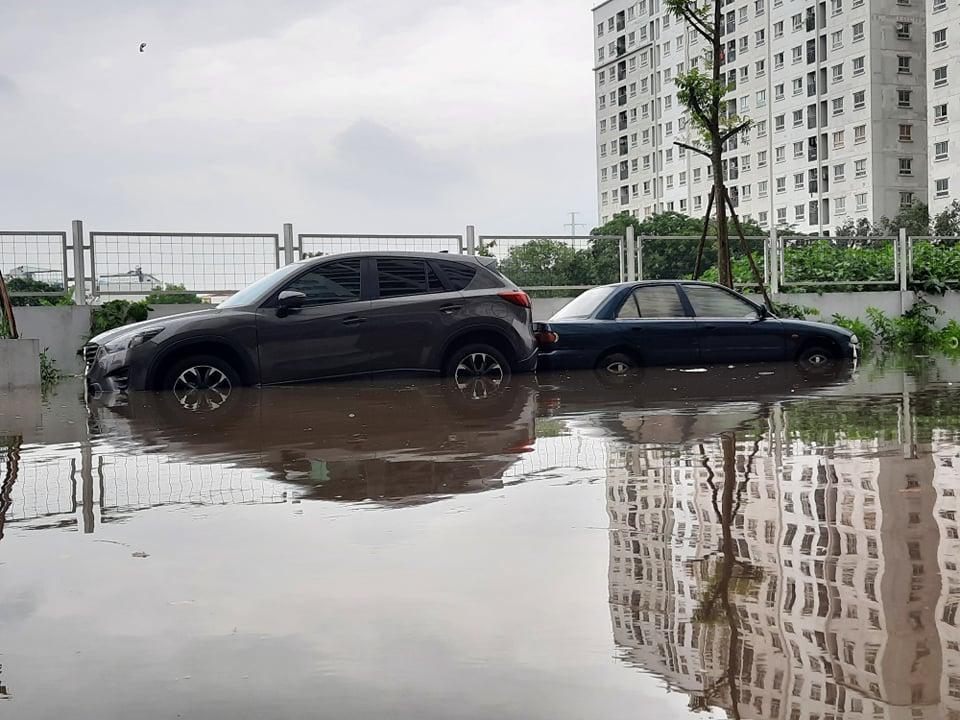 """Clip: Hàng loạt ô tô trong khu chung cư chìm trong """"biển nước"""" sau cơn mưa lớn - hình ảnh 2"""