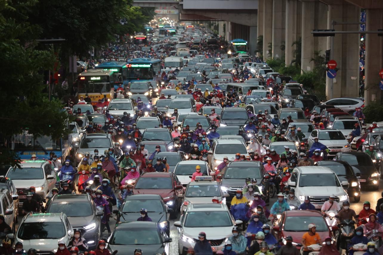 Hà Nội trời tối đen ngày đầu tuần, giao thông tắc nghẽn, xe leo lên vỉa hè - hình ảnh 3