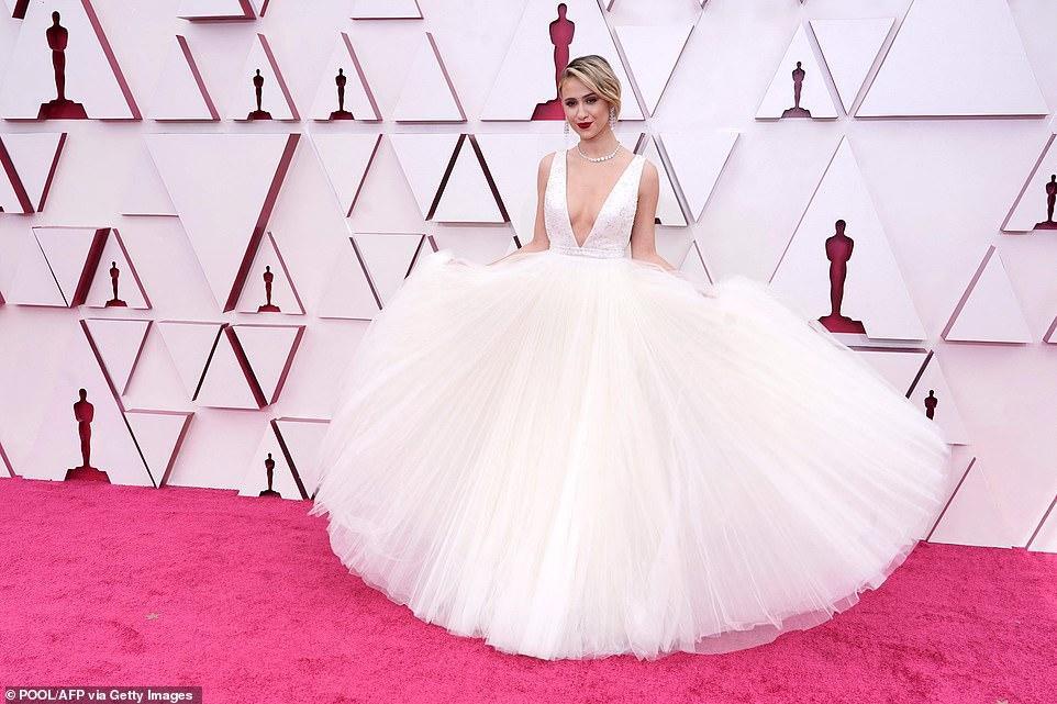 Thảm đỏ Oscar 2021: Sao Hàn đầu tiên ẵm giải Nữ phụ xuất sắc nhất - hình ảnh 5