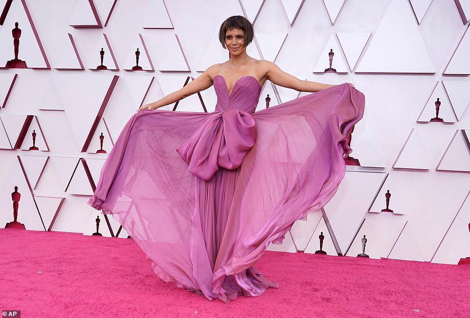 Thảm đỏ Oscar 2021: Sao Hàn đầu tiên ẵm giải Nữ phụ xuất sắc nhất - hình ảnh 3