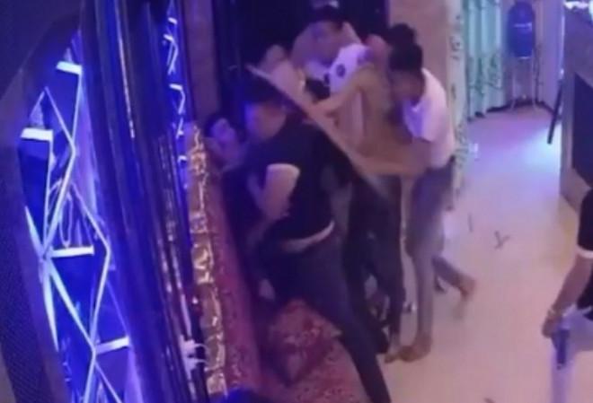 Rủ nhân viên nữ đi chơi bất thành, nhóm người phá quán karaoke - 2