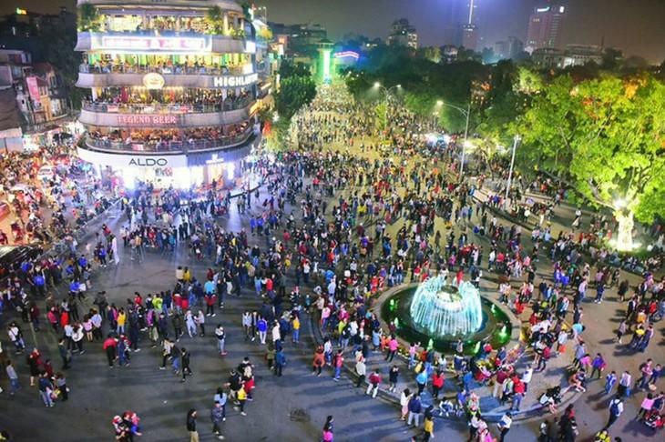 Hà Nội dừng tổ chức lễ hội và phố đi bộ, hạn chế tập trung đông người - hình ảnh 1
