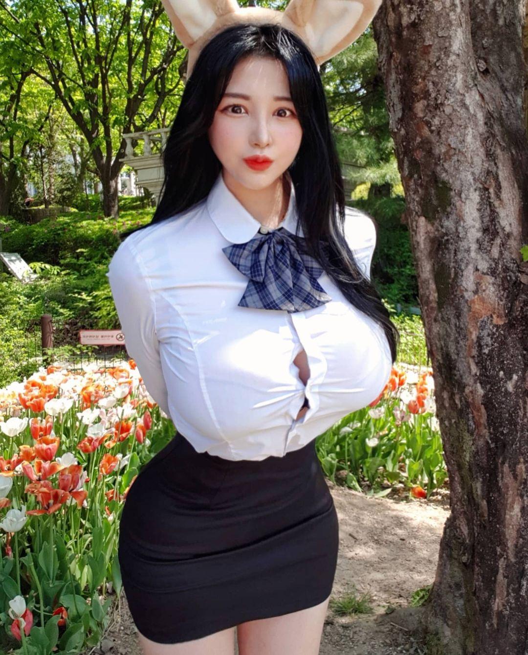 """Người đẹp Hàn Quốc bị chỉ trích vì mặc đồng phục bung cúc do ngực """"khủng"""" - hình ảnh 1"""