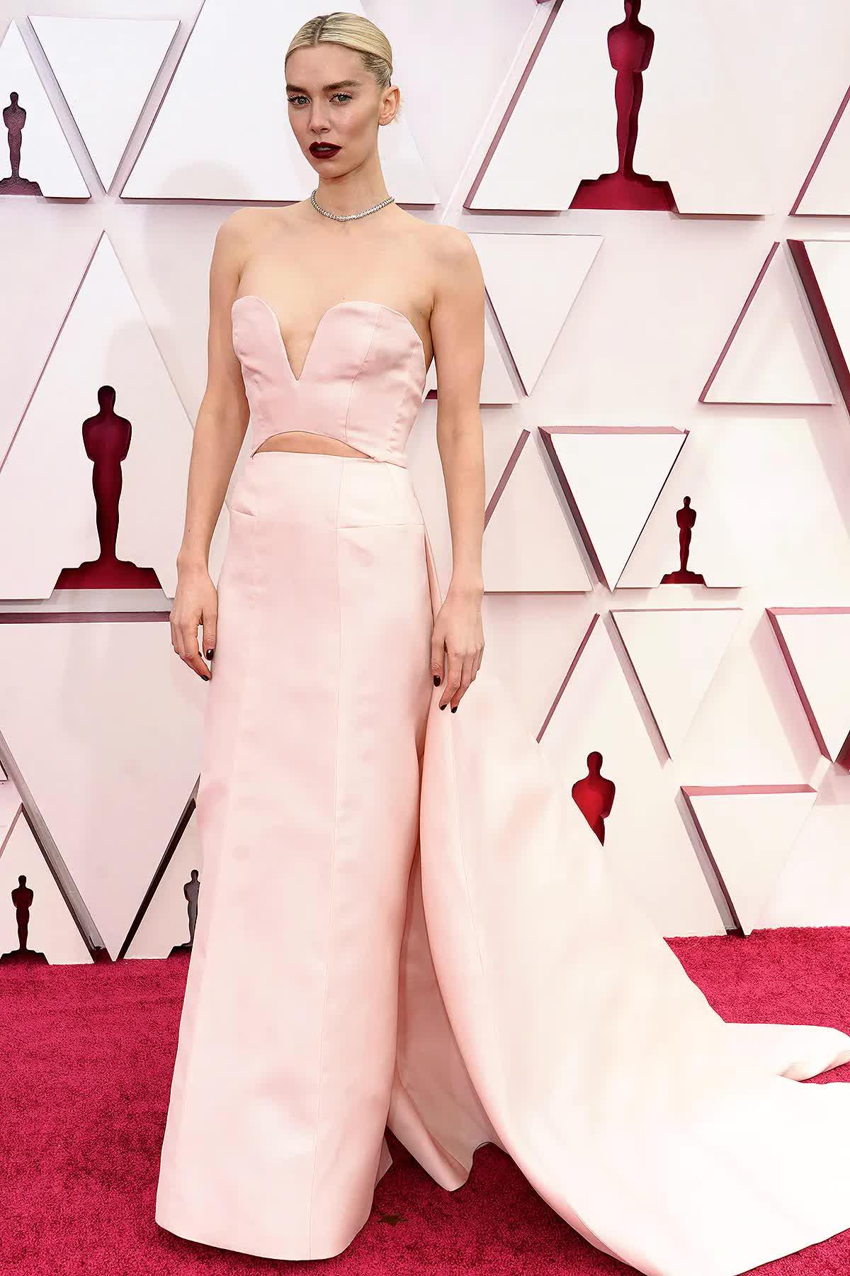Xu hướng mùa hè gợi mở từ phong cách váy vai trần xâm chiếm giải Oscar 2021 - hình ảnh 4