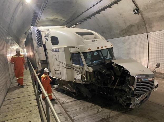 """Clip: Xe container """"đại náo"""" trong hầm Hải Vân 2, tài xế may mắn thoát nạn - hình ảnh 1"""