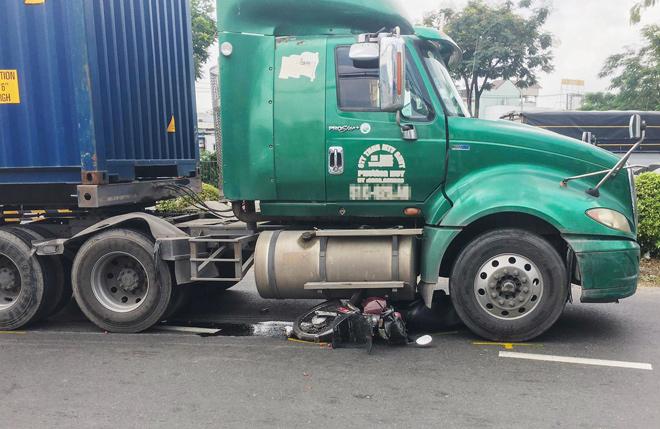 Cô gái tử vong khi xe container rẽ phải ở chân cầu vượt Sóng Thần - hình ảnh 1