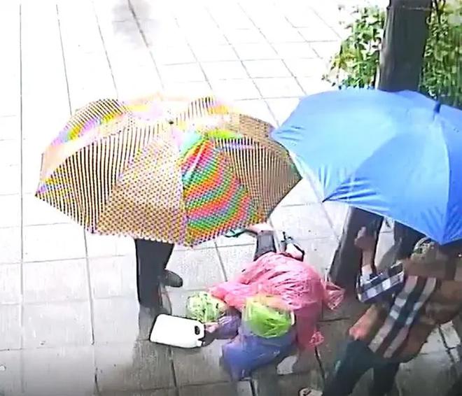 Sự thật đằng sau clip người đàn ông bất tỉnh bị kéo xềnh xệch giữa trời mưa - hình ảnh 1