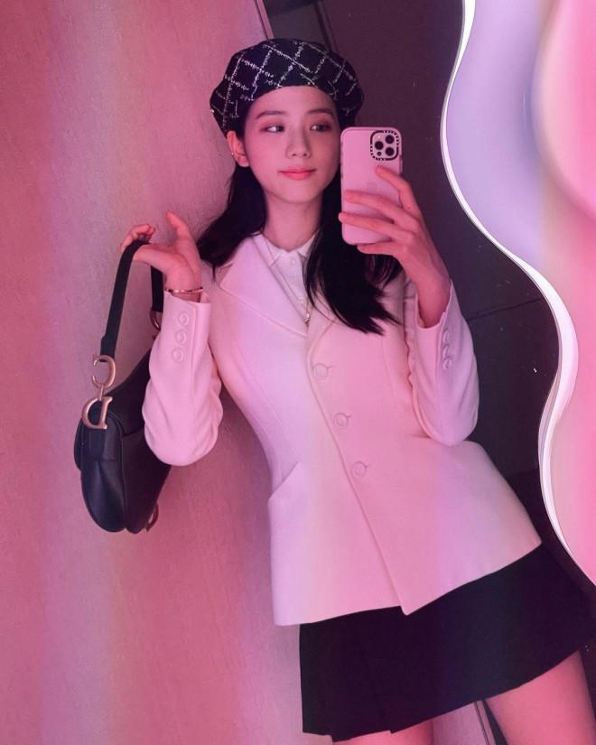 Cùng mặc áo Dior, Khánh Linh và Châu Bùi mix đồ cao tay hơn đại sứ thương hiệu Jisoo - 1