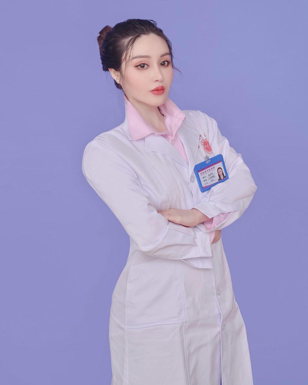 """""""Nữ bác sĩ chống Covid-19"""" mặc xường xám tập gym, về dáng ngoạn mục sau sinh nở - hình ảnh 3"""