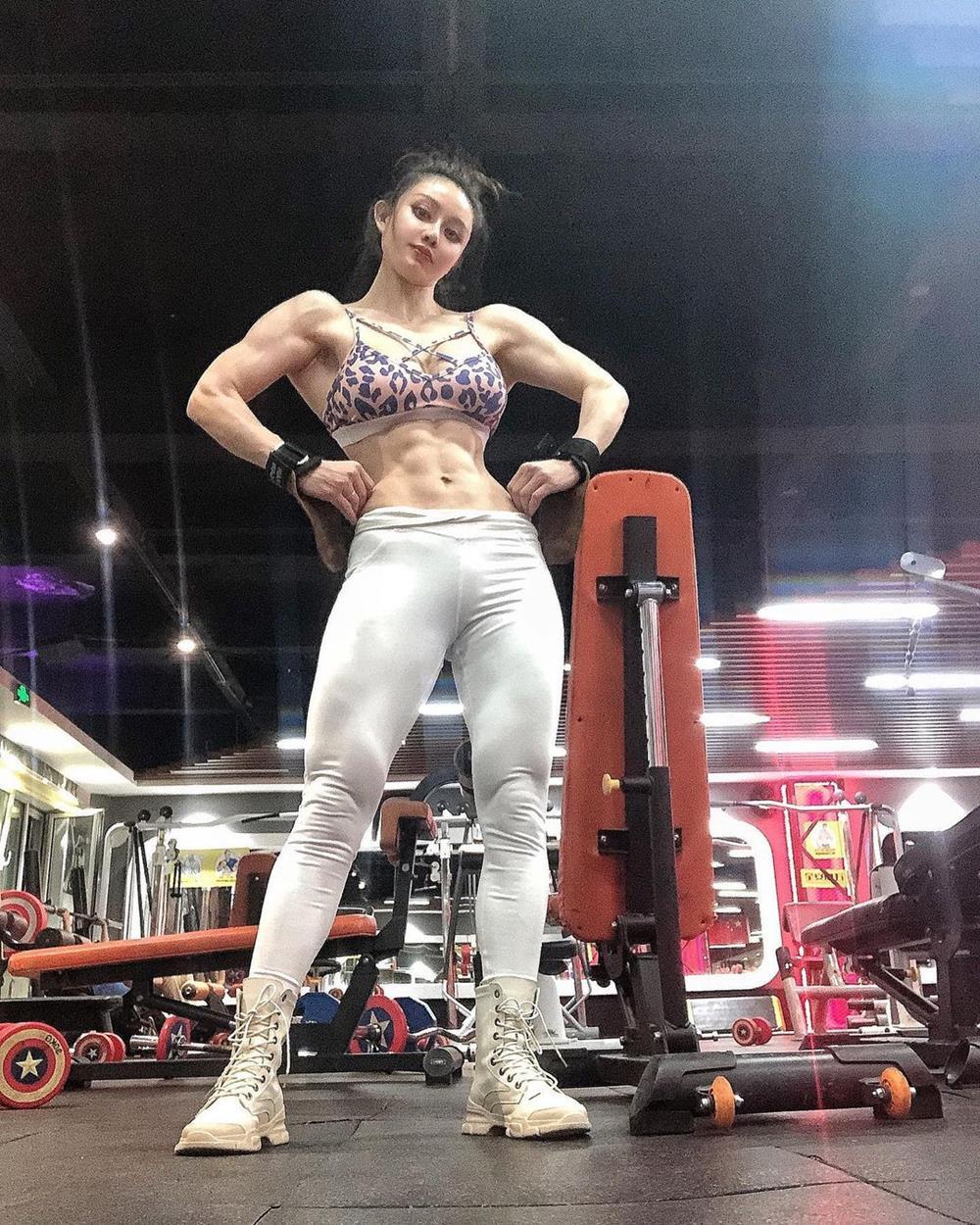 """""""Nữ bác sĩ chống Covid-19"""" mặc xường xám tập gym, về dáng ngoạn mục sau sinh nở - hình ảnh 5"""