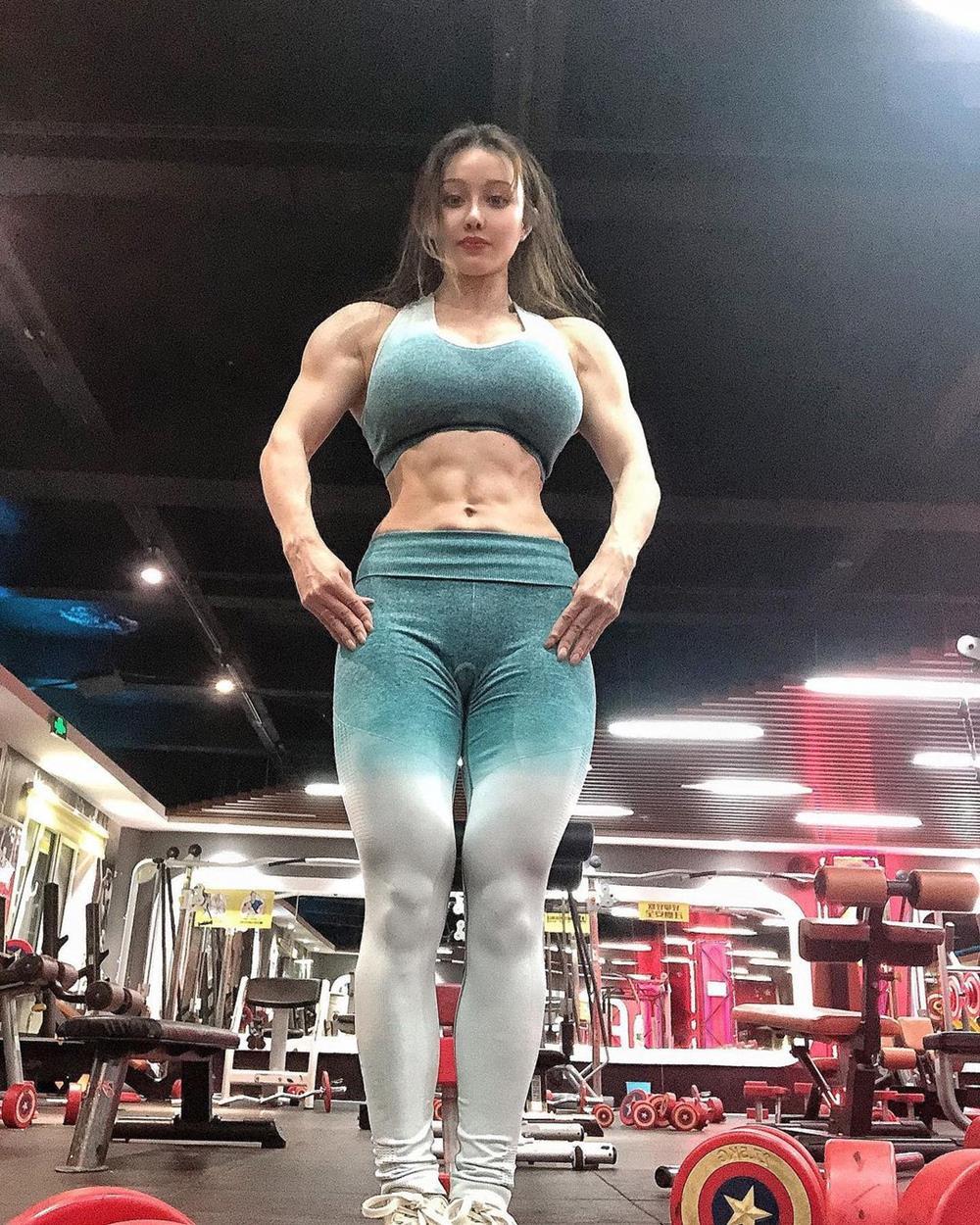 """""""Nữ bác sĩ chống Covid-19"""" mặc xường xám tập gym, về dáng ngoạn mục sau sinh nở - hình ảnh 2"""