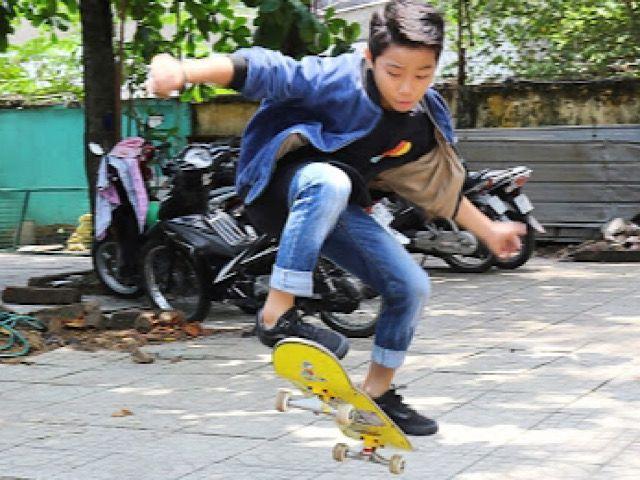 """Ốc Thanh Vân """"nặng lòng"""" với cậu bé bán vé số mong thoát nghèo bằng niềm  đam mê trượt ván"""